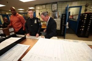 El alcalde Bloomberg en un cuartel de policia en Brooklyn. (Foto Edward  Reede)