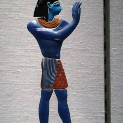 Esta figura egipcia de 299-1 a.c. representa los orígenes del arte del vidrio. Foto Julio César Paredes