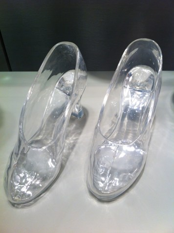 Zapatillas de cristal elaboradas para la película Cenicienta en los años 30. La cinta cinematográfica nunca se rodó y ninguna actriz usó las zapatillas. Foto Julio César Paredes