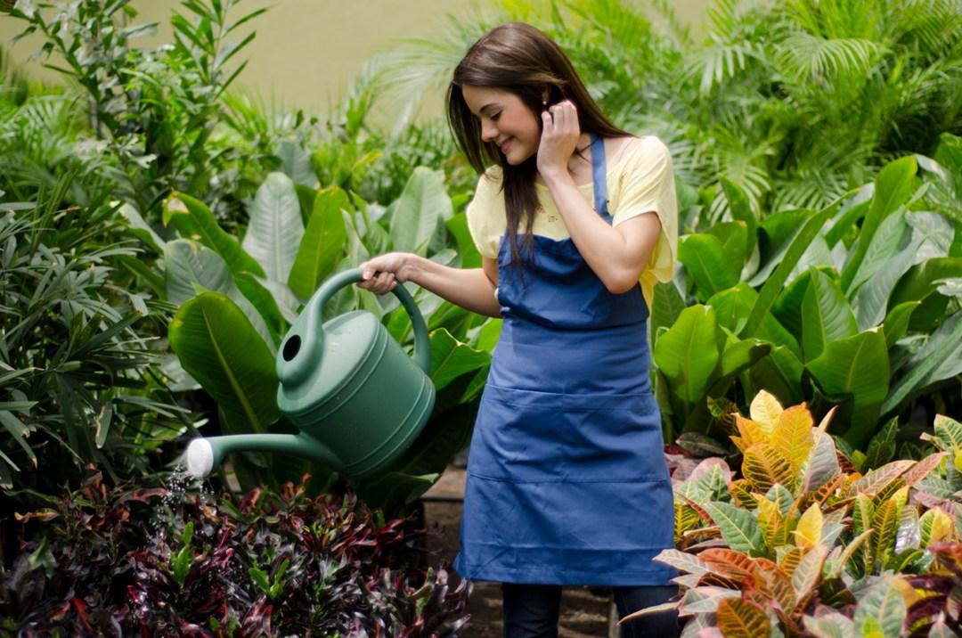 Mujer Regando las plantas
