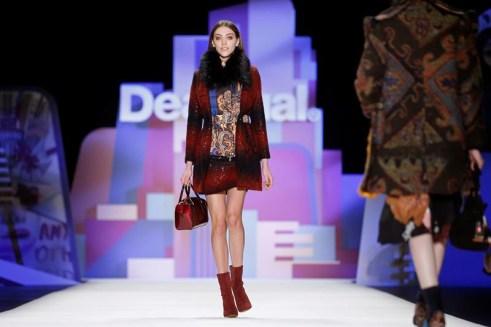 Una modelo luce una creación de la marca española Desigual durante de la presentación de su colección otoño/invierno 2016 en la primera jornada de la Semana de la Moda de Nueva York