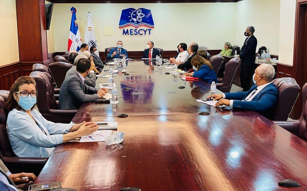 El Ministro del MESCYT, doctor Franklin García Fermín, encabezó una reunión con los representantes de universidades e Instituciones de Educación Superior del país, para tomar la decisión.
