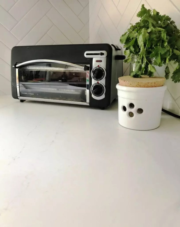 Black Toaster Oven Transformation For Under $20. Step by step guide to this simple DIY project that is budget friendly and quick. Turn any appliance into a dated piece with some high heat spray paint and elbow grease. #diy #kitchenideas #appliances