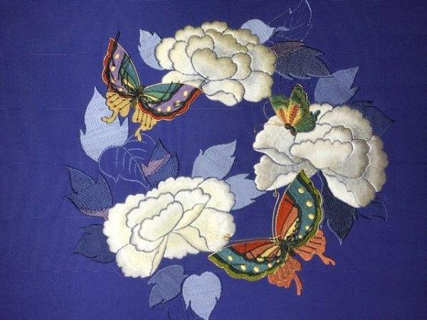 牡丹と蝶の花丸紋・駒塩瀬名古屋帯のお太鼓部分の加賀繍の途中経過の図