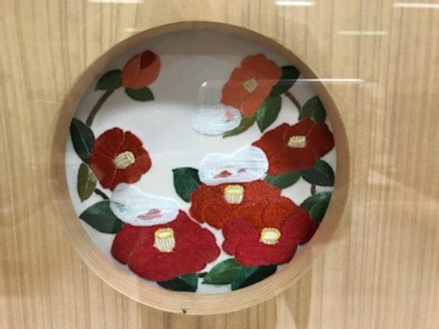 北陸新幹線金沢駅の待合室の中の加賀繍・花丸雪持ち椿