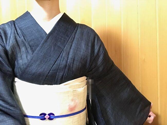 宮古上布「紺上布」の120総亀甲絣の着物と麻の生成りの八寸名古屋帯のコーディネート・装い