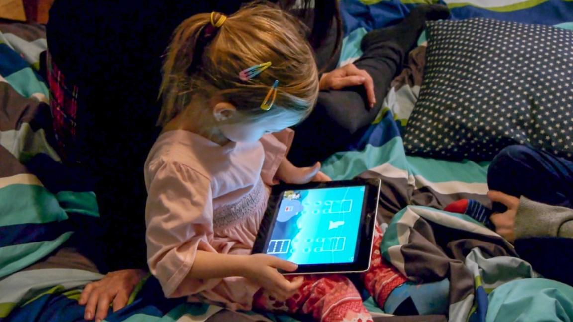 Une fillette apprend les fractions avec Slice Fractions