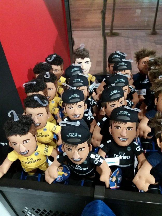 Neymary w klubowym sklepie PSG.