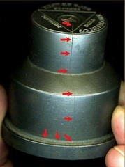 Imagem de um cunho com uma grande rachadura na lateral.