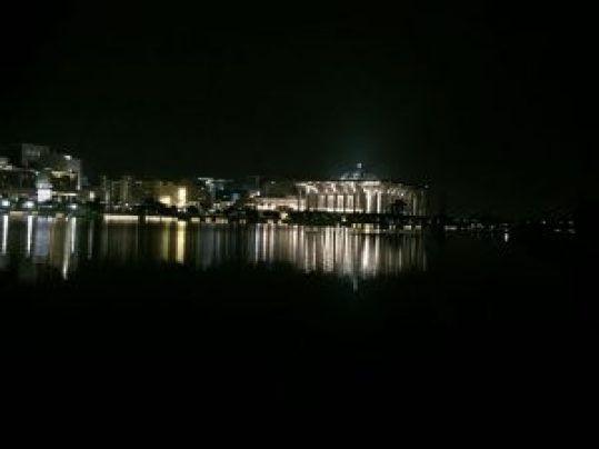 Rio al anochecer con la ciudad de fondo que se refleja en sus aguas