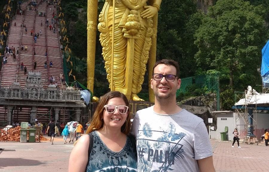 Laura y David delante de la estatua del Dios de la guerra