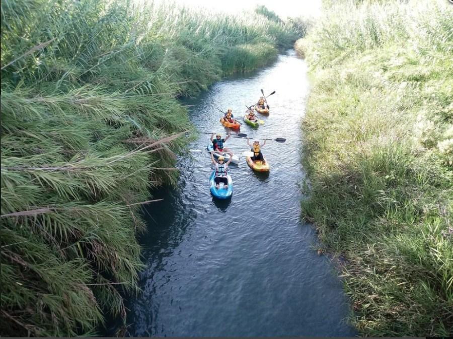 Patricia, Maca y David remando en sus Kayaks