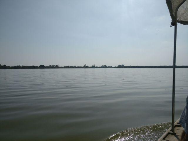 Foto panorámica de las aguas de la albufera, a lo lejos la costa a & km