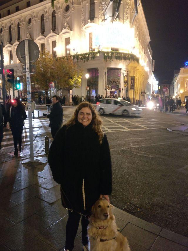 Laura y Grace delante del teatro Calderón en madrid