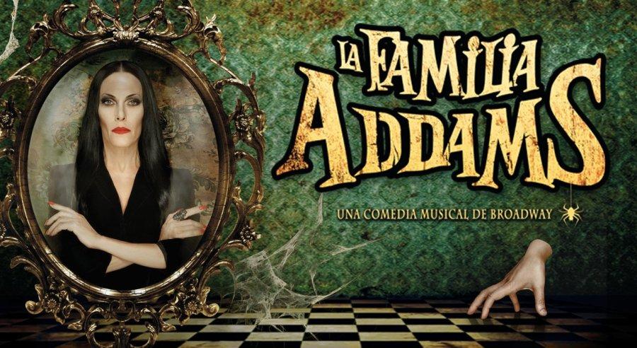 Cartél de la familia Addams con Morticia en primer plano con los brazos cruzados