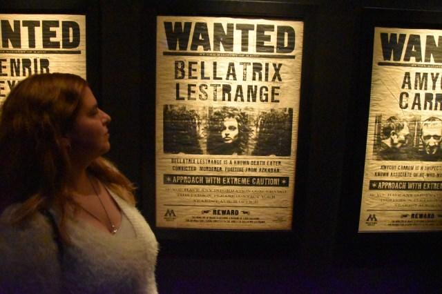 """Laura delante del cartel """"Wanted Bellatrix Lestrange"""""""