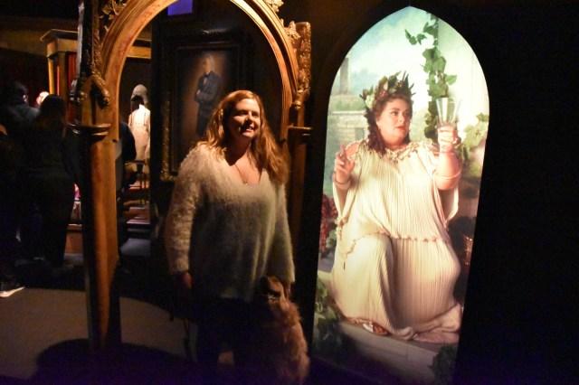 Laura con la chica del espejo