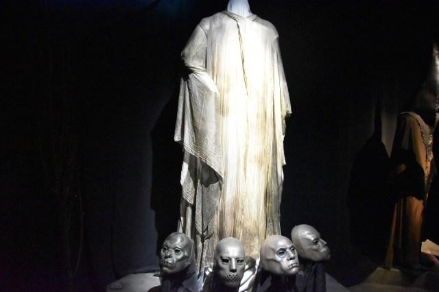 Lord Voldemor sin cabeza y 4 cabezas suyas en el suelo