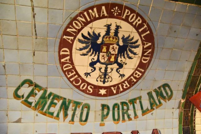 Cartél de cementos Portland hecho de azulejos