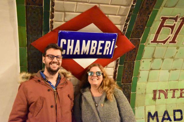 Laura y David delante del logotipo original de la estación de Chamberí