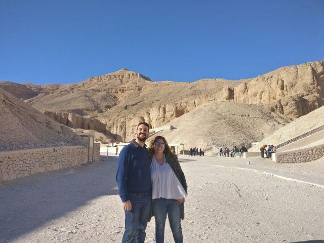 Laura y david delante del valle de los reyes