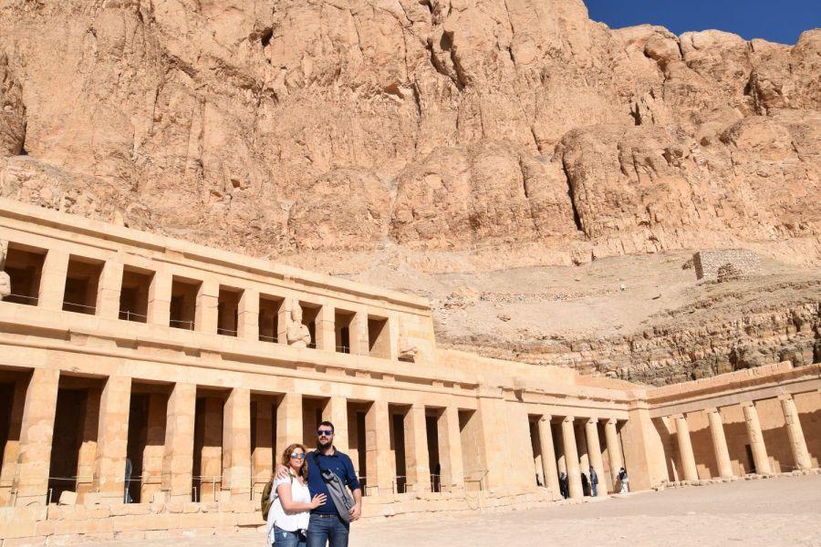Laura y David delante del templo de Hatshepsut