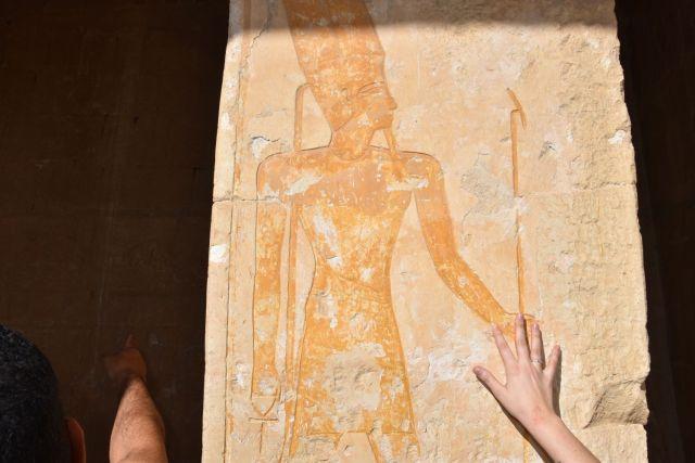 Laura tocando la pared donde Hatshepsut permanece pintada después de 50 siglos