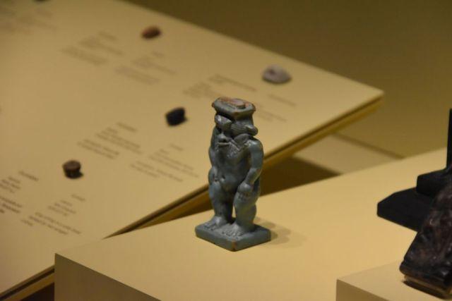 Pequeña figura de un egipcio achatado en gris oscuro