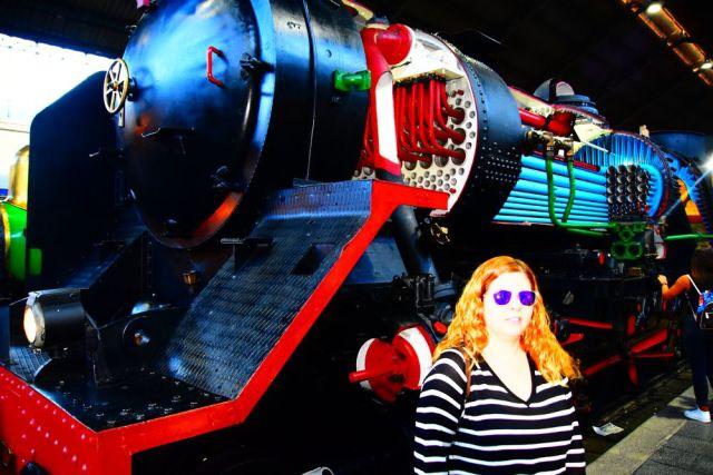 Laura y Grace delante de la locomotora del Mercado de motores