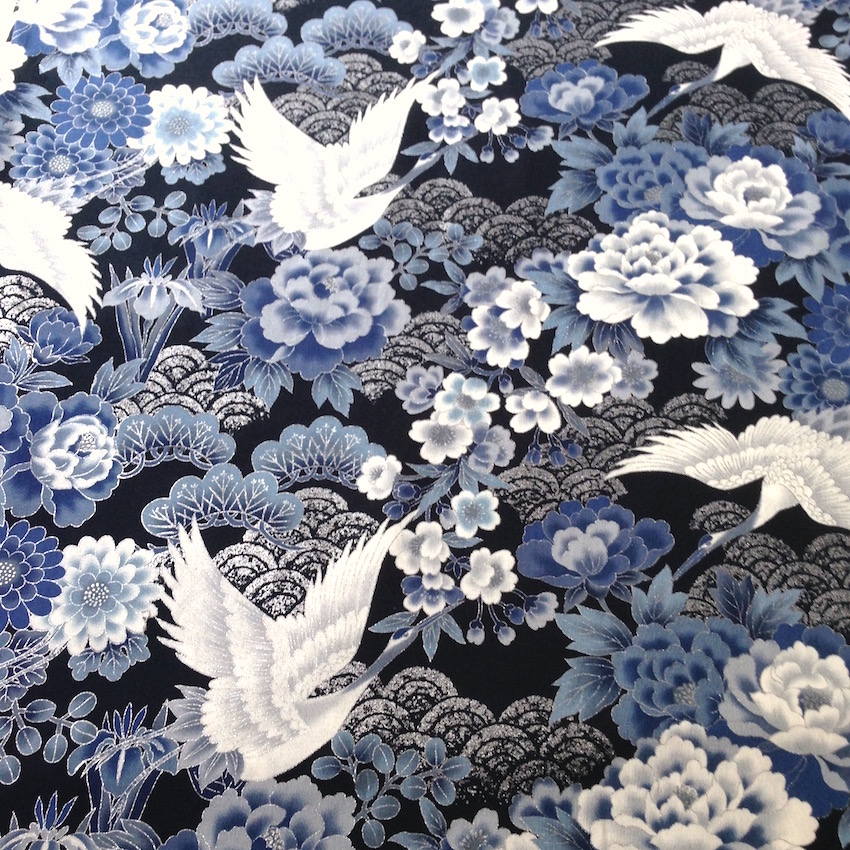 tissu japonais motif traditionnel grue fond bleu marine coton 110x50 295a nuno tissus japonais