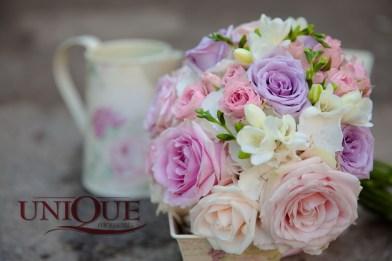 Buchet mireasa delicat pastel trandafiri frezii minirose