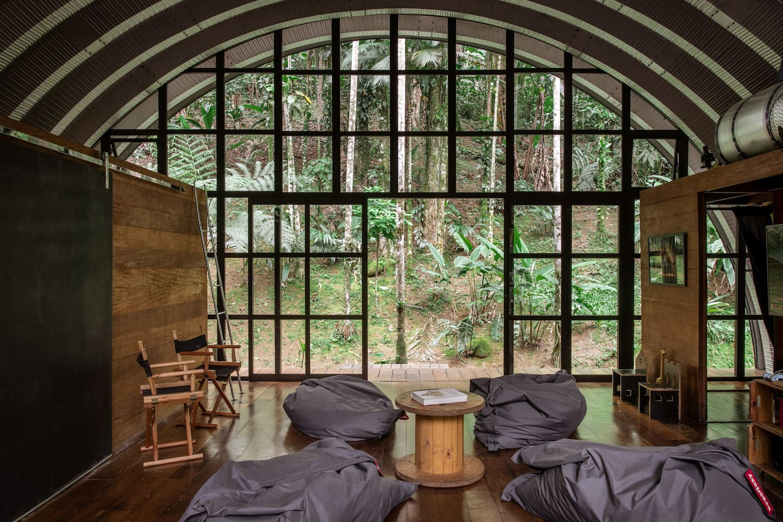 Casas incríveis para alugar no Airbnb / Casa integrada a natureza em Paraty