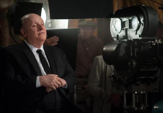 Anthony Hopkins, con un trucco pesantissimo, è Hitchcock
