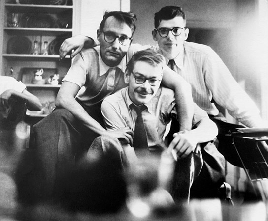 l vero Lucien Carr (in primo poiano al centro). Dietro, William Burroughs (a sin.) e Allen Gisnberg. Carr uccise il suo amante David Kammerer pugnalandolo e buttandolo ancora vivo nell'Hudson: fu assolto.