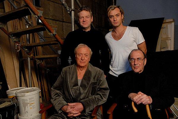 I due interpreti Jude Law e MIchael Caine, il regista Kenneth Branagh (dietro a sin.) e Harold Pinter, autore dello script (davanto a dx) sul set di 'Sleuth'