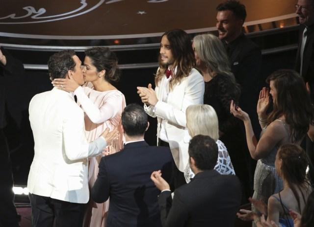Matthew MacConaughey (bacio con la moglia Camila Alves) e Jared Lero, premiati per Dallas Buyers Club.