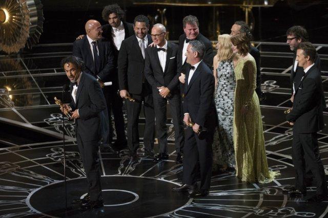 Inarritu con l'Oscar per 'Birdman' migliore film