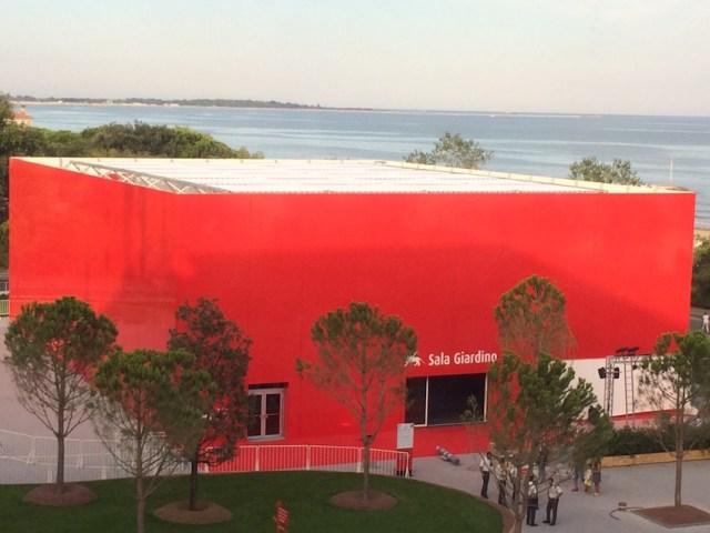 Il cubo rosso dove si proietteranno i film di Cinema nel giardino
