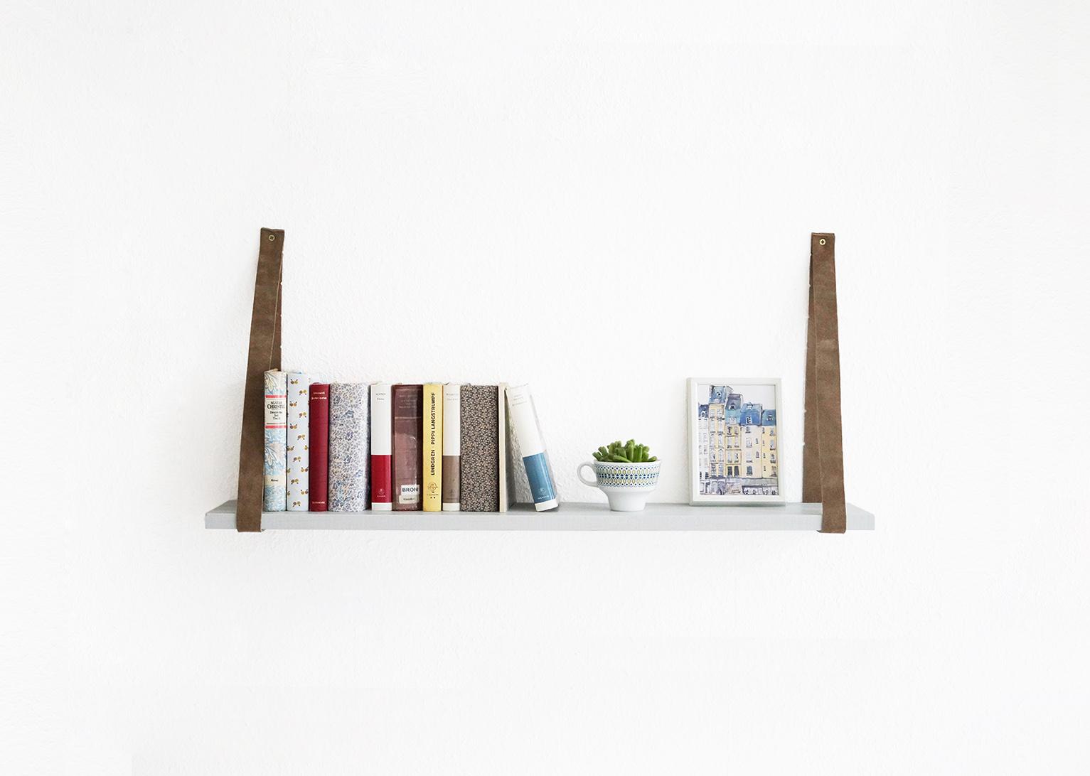 ein regal mit g rtel nur noch. Black Bedroom Furniture Sets. Home Design Ideas