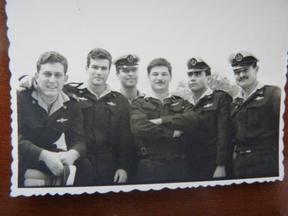 דן  מנור ז״ל, ראשון משמאל, וחברים בעת ששירתו באח״י ״תנין״.