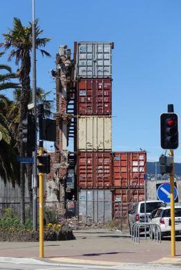 Fassaden der durch das Erdbeben zerstörten Häuser werden gestützt