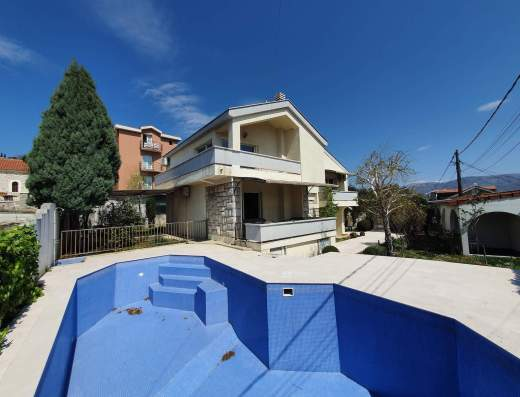 house with swimming pool podgorica