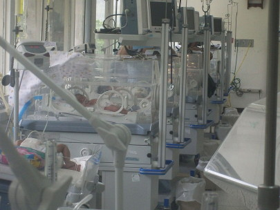 Neonatal intensive care unit, 2009. (Bobjgalindo/Wikimedia Commons | GFDL)