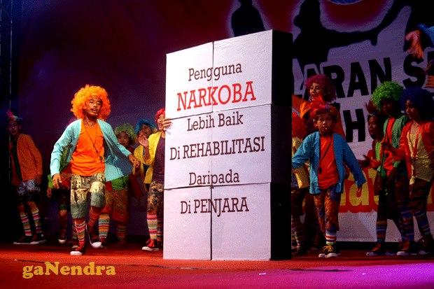 Penampilan anak-anak Teater Tanah Air saat pergelaran seni budaya anti narkoba di gedung Smesco UKM Jakarta (sumber foto : Rahab Ganendra)