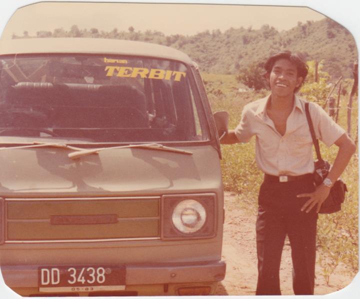 Sebagai wartawan koresponden Harian Terbit - Pos Kota Perwakilan Sulawesi, menjelajah pelosok desa di Sulawesi Selatan dengan kendaraan operasional Harian Terbit. (dok Nur Terbit)