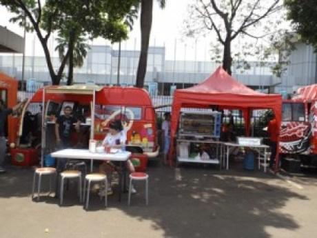 Tenda dan mobil penjualan Ayam Bakar Cuckoo racikan Mr Luc Andre dan Mrs Sabrina Yasmin (foto: Nur Terbit)