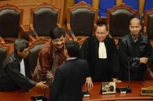 Saya (paling kiri) disalami oleh Biro Hukum Kementerian Hukum dan HAM sebagai kuasa hukum dalam perkara gugatan pengapusan jabatan Wakil Menteri usai sidang di Mahkamah Konstitusi (MK) -- foto dok pribadi