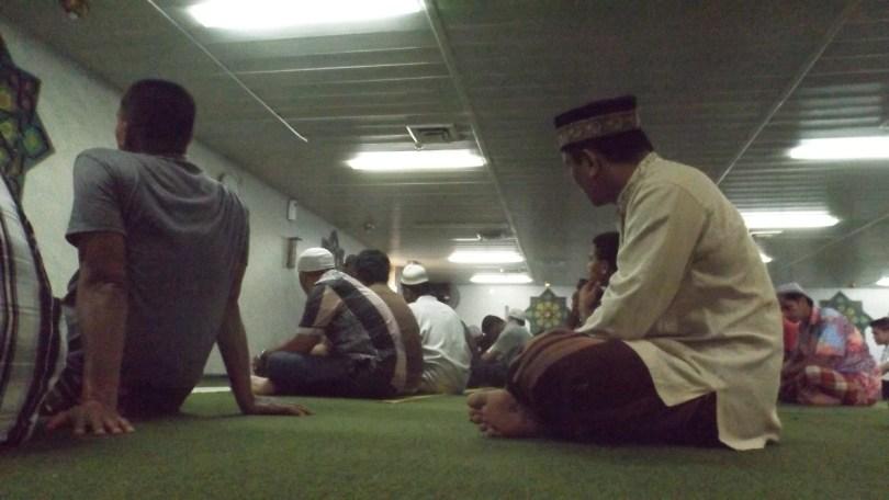 Suasana jelang sholat jamaah di Nurul Iman, masjid di atas kapal laut KM Tidar (foto Nur Terbit)