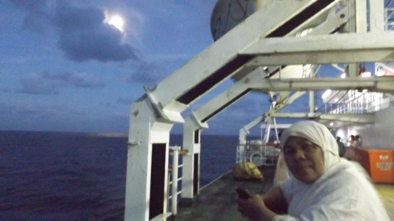 Santai di anjungan kapal KM Tidar, usai melaksanakan sholat jamaah Subuh di mesjid kapal (foto: Nur Terbit)
