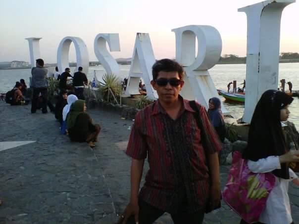 Salah satu sudut di Pantai Losari Kota Makassar (foto: Nur Terbit)
